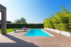 Belle terrasse près de la piscine