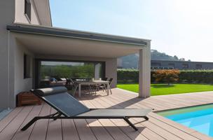Coin terrasse près de la piscine